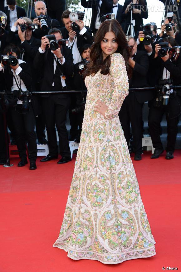 """Aishwarya Rai en robe Abu Jani et Sandeep Khosla à la montée des marches, pour la projection de """"Blood Ties""""."""