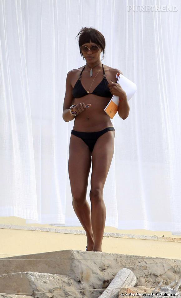 Naomi Campbell, toujours une silhouette de top à 43 ans.