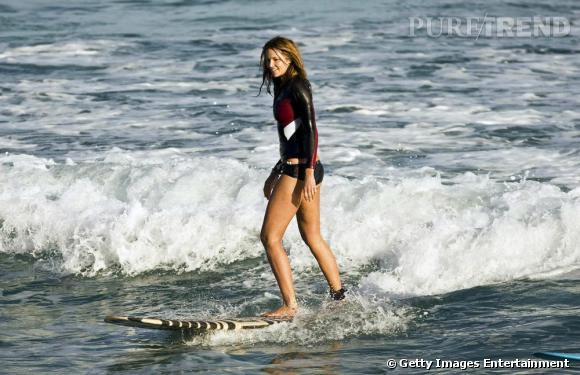Elle MacPherson (49 ans) soigne ses gambettes fines en faisant du surf.