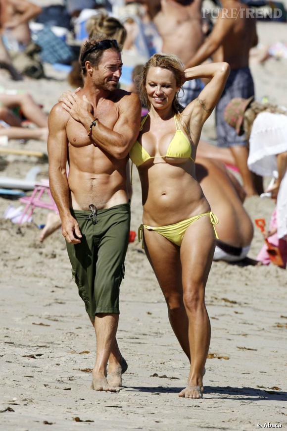 A 45 ans, Pamela Anderson affiche encore de sacrés atouts sur la plage.
