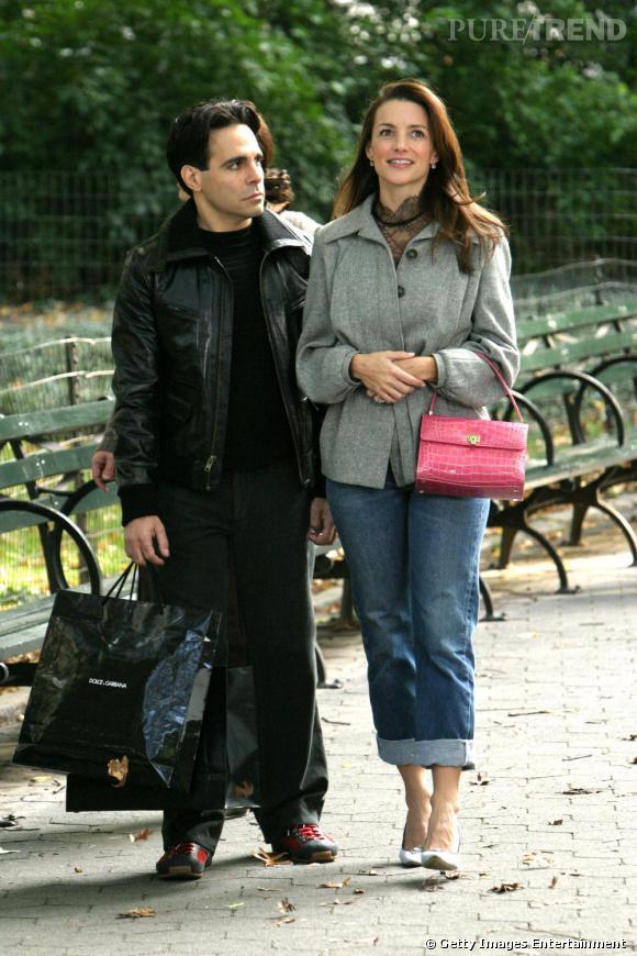 Sex and The City est une série glamour et mode et qui lance même des tendances. Exemple en image ici avec Kristen Davis qui porte déjà le boyfriend jean en 2004.