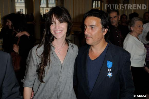 Yvan Attal a demandé Charlotte Gainsbourg en mariage, en public alors qu'il recevait les insignes de Chevalier de l'ordre national du Mérite.