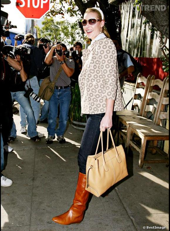Katherine Heigl choisit son D. Bag dans une version beige.