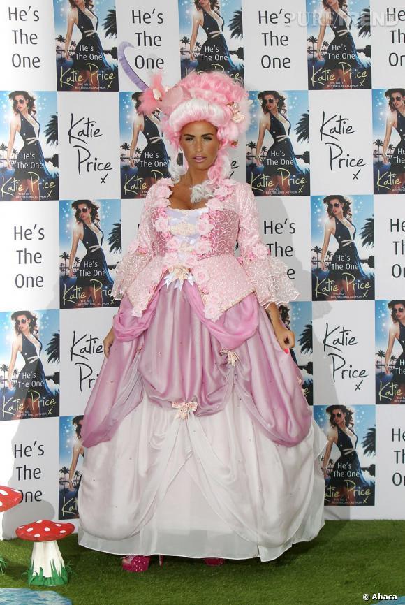 Katie Price nous fait mal aux yeux dans sa robe de princesse rose bonbon.