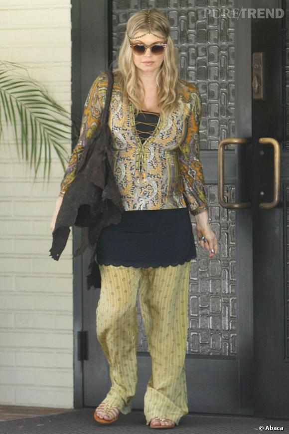 Fergie superpose les couches et rate sa tenue hippie chic - Tenue hippie chic ...