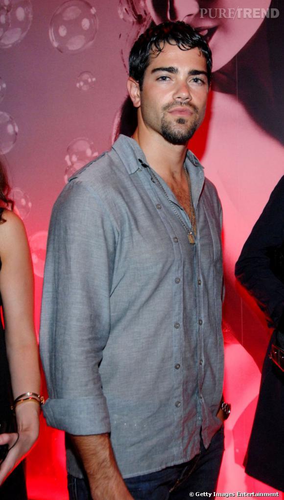 Jesse Metcalfe chemise ouverte et barbe légèrement fournie font bon ménage !