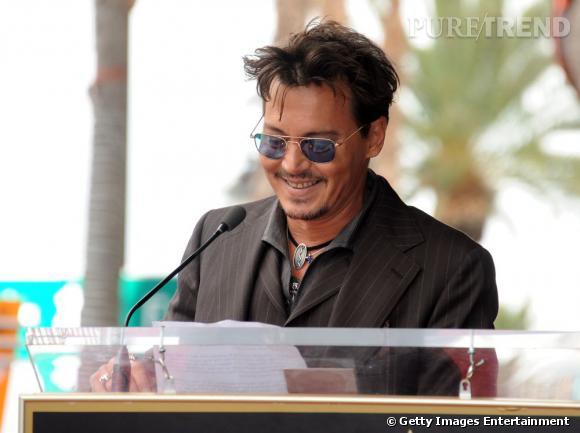 Johnny Depp, un look régressif et rock qui lui va bien.