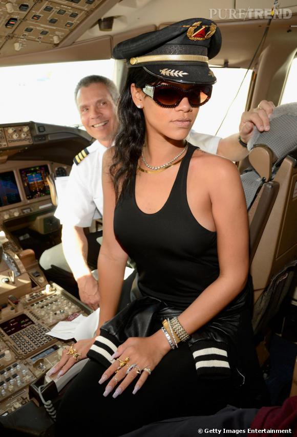 Rihanna affiche un beauty look façon retour de plage avec sa casquette de commandant de bord.