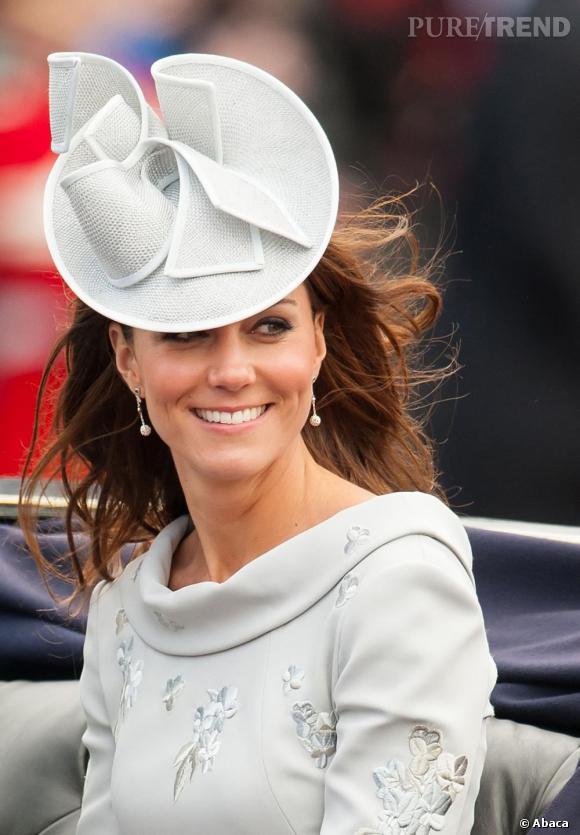 Kate Middleton laisse ses mèches au vent sous son chapeau princier, c'est là toute la fraîcheur royale.
