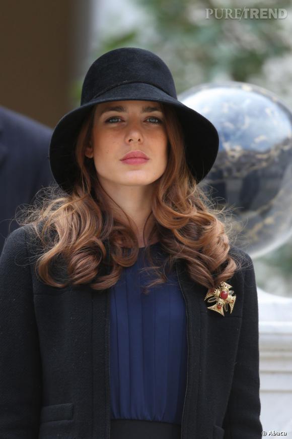 Ondulations sexy pour Charlotte Casiraghi qui joue la carte du mystère sous son chapeau noir.