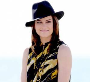 Jessica Stroup se dessine un regard électrique sous son chapeau boyish.