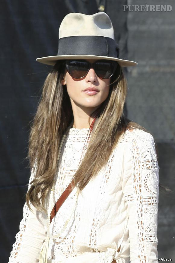 Alessandra Ambrosio est belle au naturel sous son borsalino.