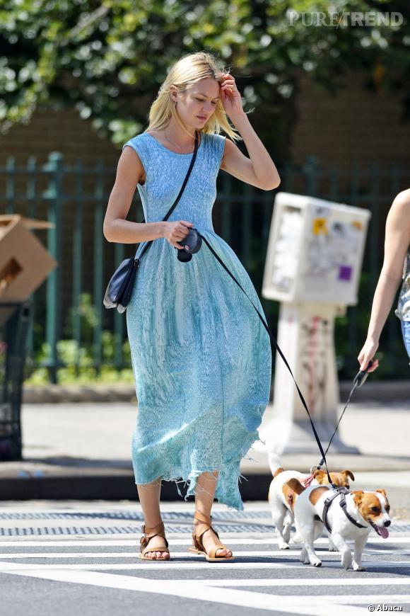 Candice Swanepoel porte une robe acidulée et rafraîchissante sous le soleil, le 7 juillet 2013, à New York.