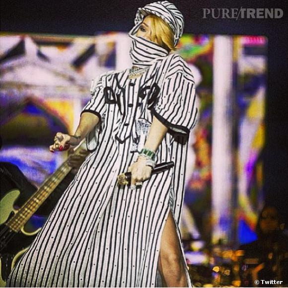 Rihanna et sa burqa en concert au Danemark.