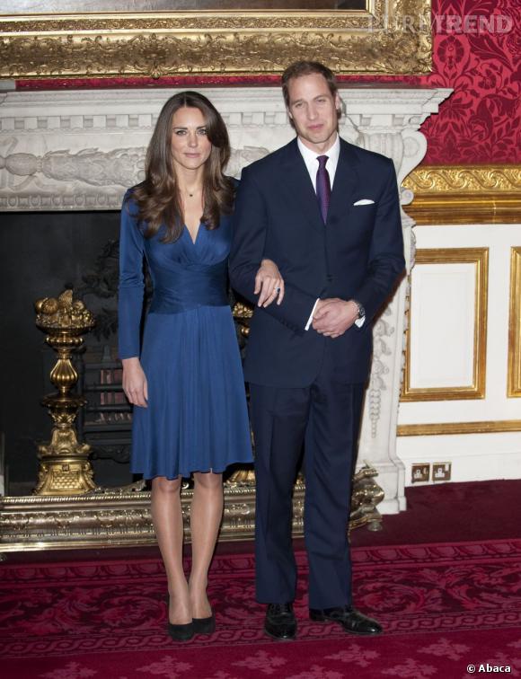 Kate Middleton et le prince William lors de l'annonce de leurs fiançailles : c'est à partir de ce moment là que la Duchesse de Cambridge devient une icône mode pour les Anglais.