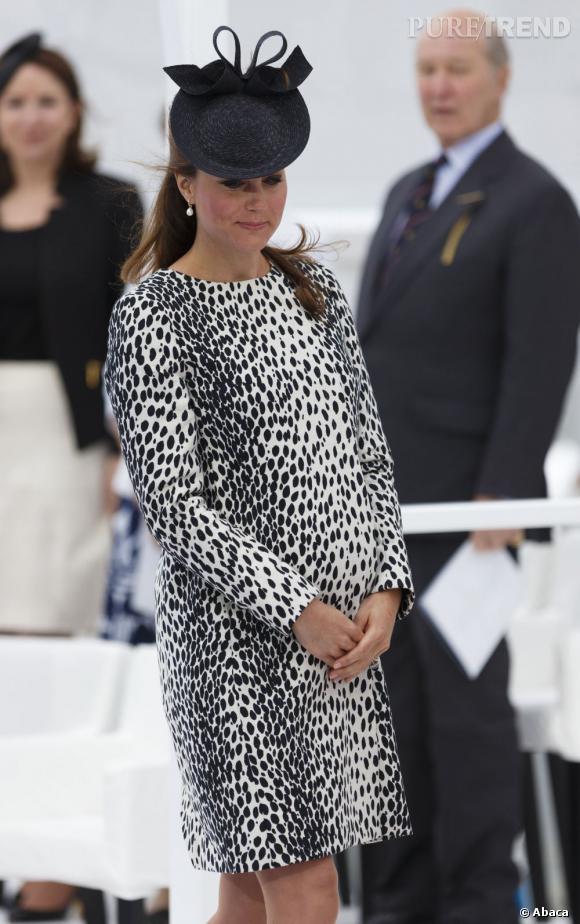 Kate Middleton sait tout de même apporter un peu de fantaisie à ses tenues, comme avec cette robe à l'imprimé sauvage.
