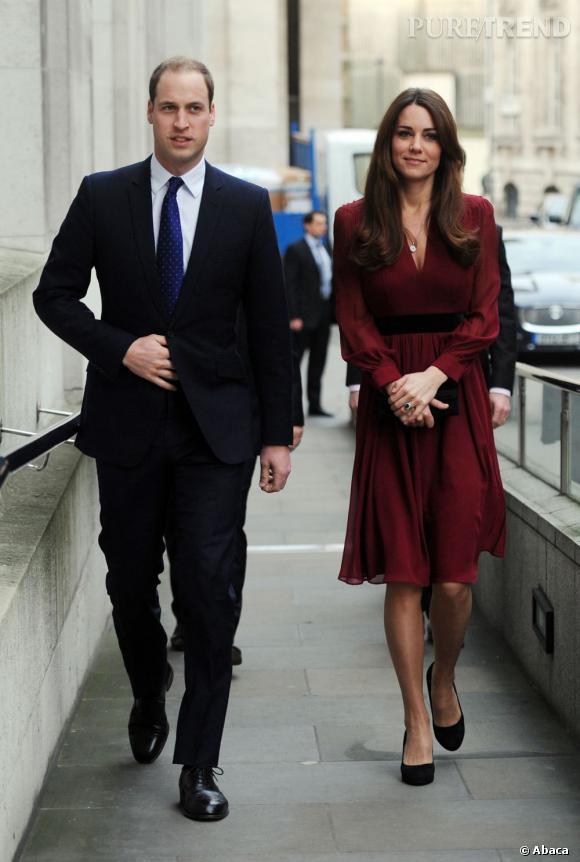 Kate Middleton mise sur des robes mi-longues fluides, au décolleté très chic. Ses cheveux sont parfaitement coiffés, grâce à un brushing discret.