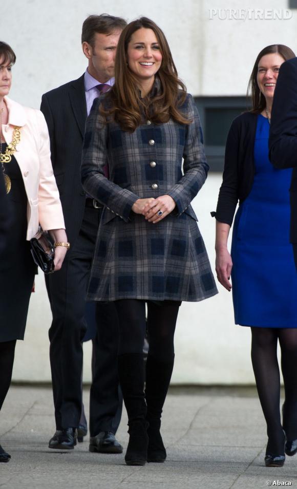 Un manteau en tweed à carreaux, et voilà la Duchesse prête à affronter le froid avec élégance.