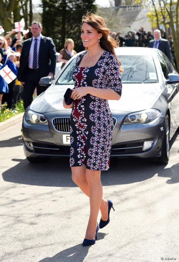 Kate Middleton mise sur une robe légère aux imprimés ultra tendances.