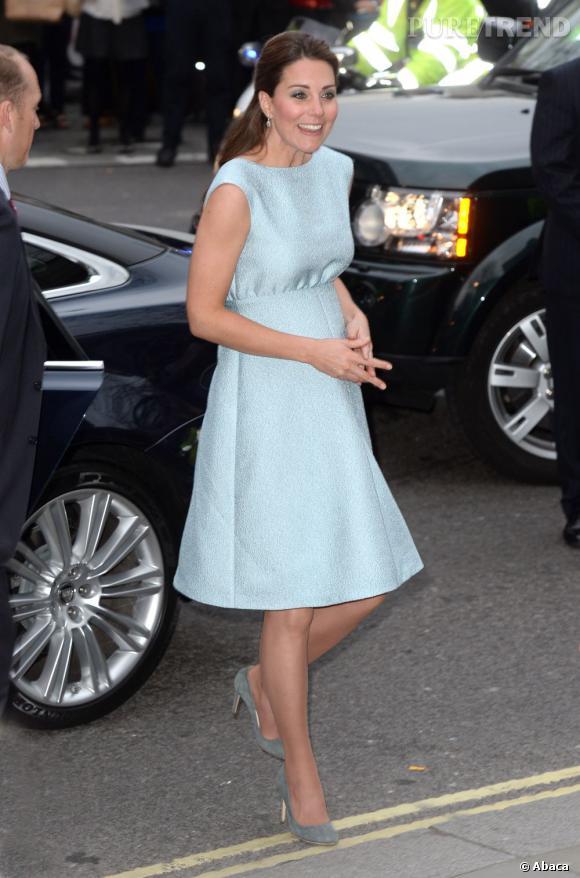 Kate Middleton en bleu bébé pour dévoiler son baby bump.