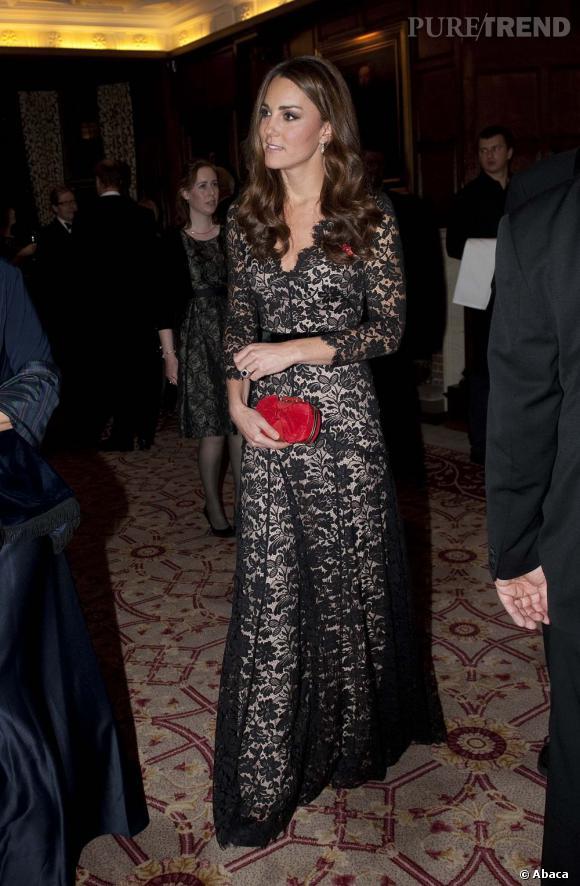Kate Middleton dans une longue robe en dentelle noire...
