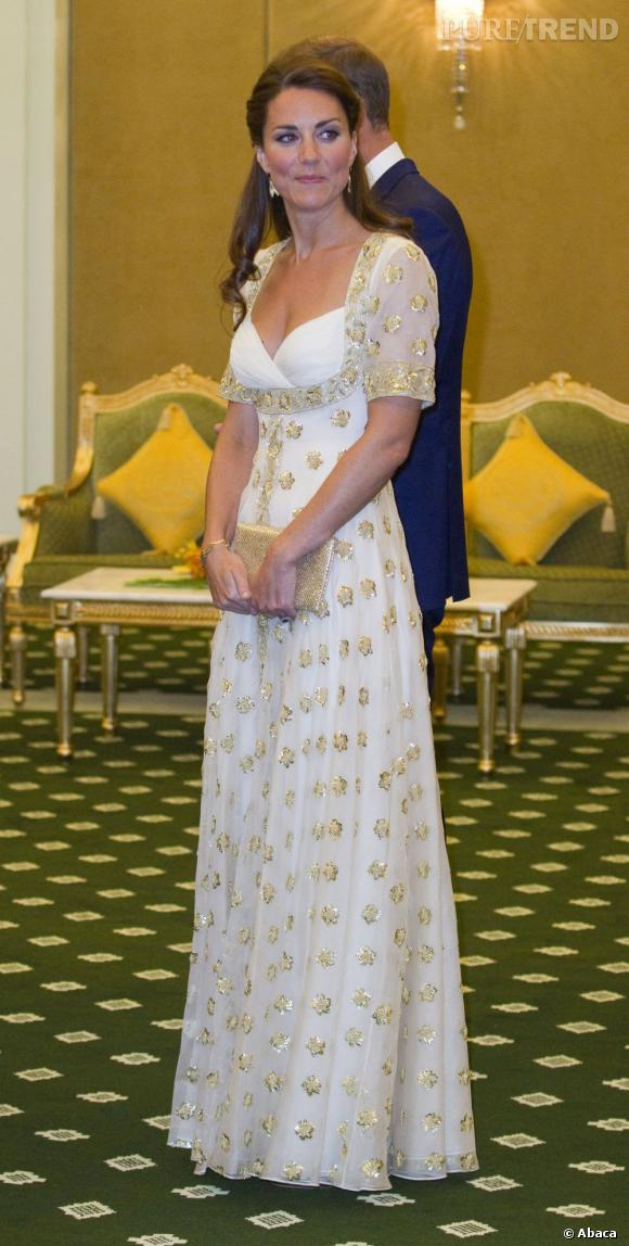 Kate Middleton, divine dans une robe blanche brodée d'or.