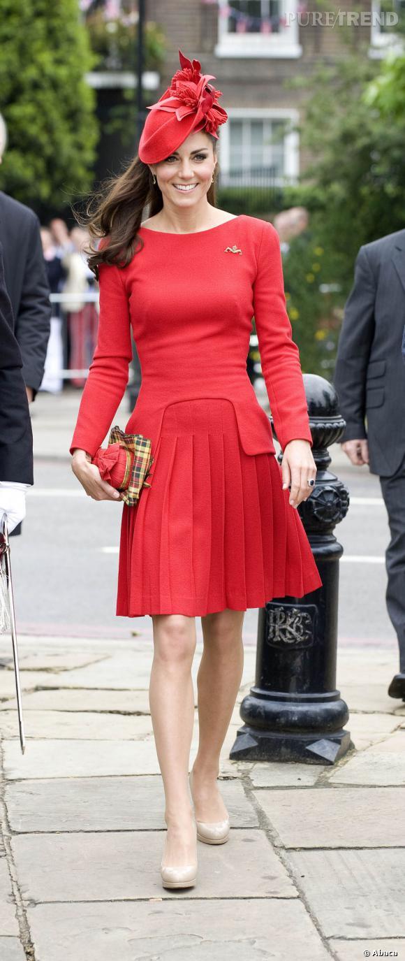 Kate Middleton n'a plus peur de mettre de la couleur. Le rouge passion lui va si bien !