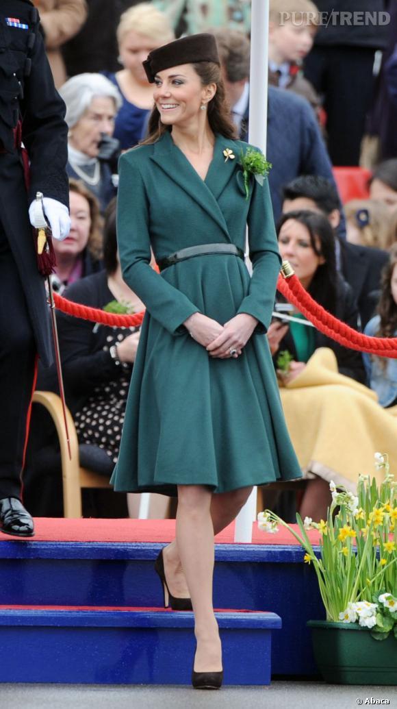 Kate Middleton aime s'en tenir aux classiques, comme cette robe-manteau vert sapin, qui met sa taille et ses jambes en valeur.