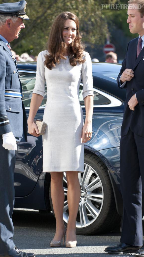 Kate Middleton devient la reine de la sobriété, comme avec cette robe blanche toute simple, mais tellement élégante.