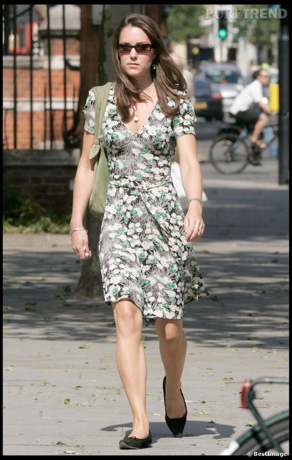 Kate Middleton mise sur une robe légère aux imprimés printaniers, mais n'arrive pas à l'accessoiriser avec les bonnes chaussures ou le bon sac.