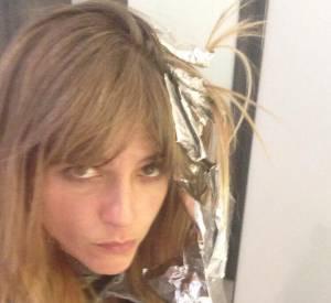 Le 10 juillet dernier, Selma Blair tweetait cette photo d'elle chez le coiffeur, accompagnée d'une petite légende expliquant que c'était la première fois depuis des années qu'elle optait pour une autre couleur que le noir.