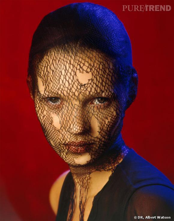 """""""Kate Moss in torn veil"""". Photo d'Albert Watson. Marrakech, 1993. Estimée entre 20 000 et 30 000£."""