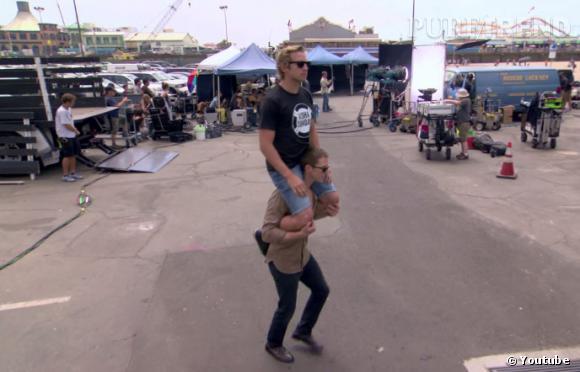 Jason Dohring et Ryan Hansen font les fous sur le tournage du film.