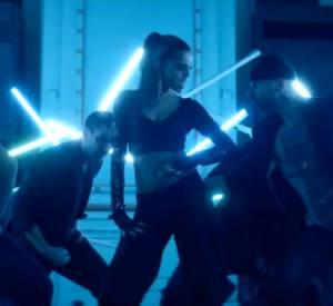 Lorsqu'il s'agit de danser, Selena Gomez donne tout ce qu'elle a, ici dans un crop top sexy...