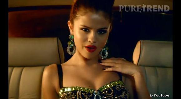 Selena Gomez sait faire la fête, même en voiture. La chanteuse porte un bustier brodé Dolce & Gabbana de la colelction Printemps-été 2012.