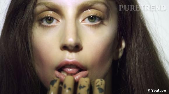 Lady Gaga vient de dévoiler 20 secondes de son nouvel album ARTPOP. On voit la chanteuse sur le point de lécher une sorte de main de monstre.