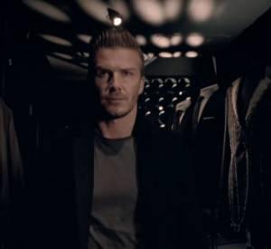 David Beckham apparait le regard sombre dns les teasers de son nouveau parfum.