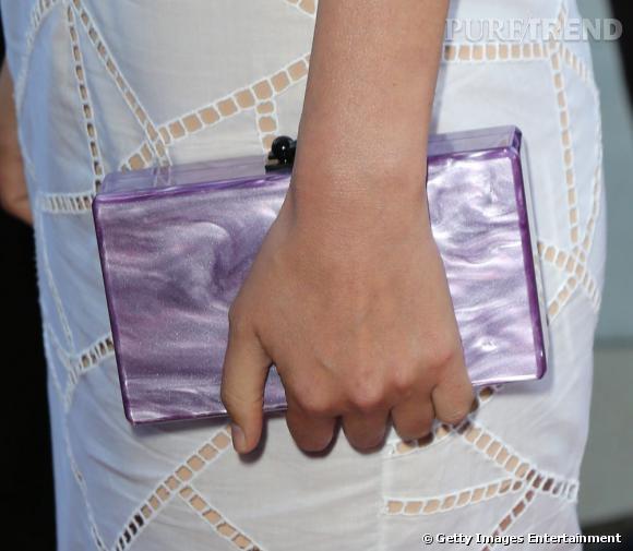 Rose Byrne complète sa tenue avec une minaudière mauve Edie Parker.