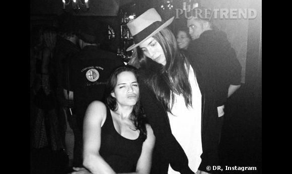 Robert Pattinson (en arrière plan) et Michelle Rodriguez ensemble en juillet dernier au château Marmont.