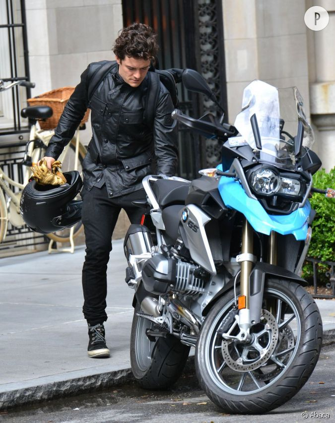 en tout cas orlando bloom sait d j conduire une moto pratique pour la batmobile moto. Black Bedroom Furniture Sets. Home Design Ideas