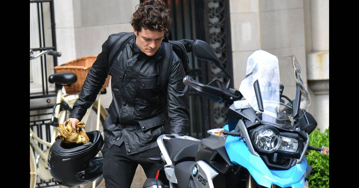 en tout cas orlando bloom sait d j conduire une moto pratique pour la batmobile moto puretrend. Black Bedroom Furniture Sets. Home Design Ideas