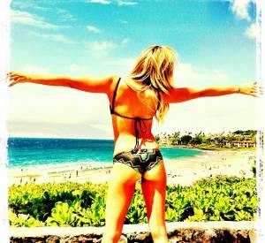 On ne sait plus si Ashley Tisdale veut montrer la plage... ou ses fesses.
