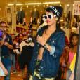 Rihanna, bonnet sur la tête et lunettes de soleil mais sans t-shirt !
