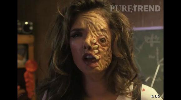 """Alessandra Ambrosio a un tel sens de l'humour qu'elle a accepté de se faire grimer en monstre pour une vidéo """"Funny or Die""""."""