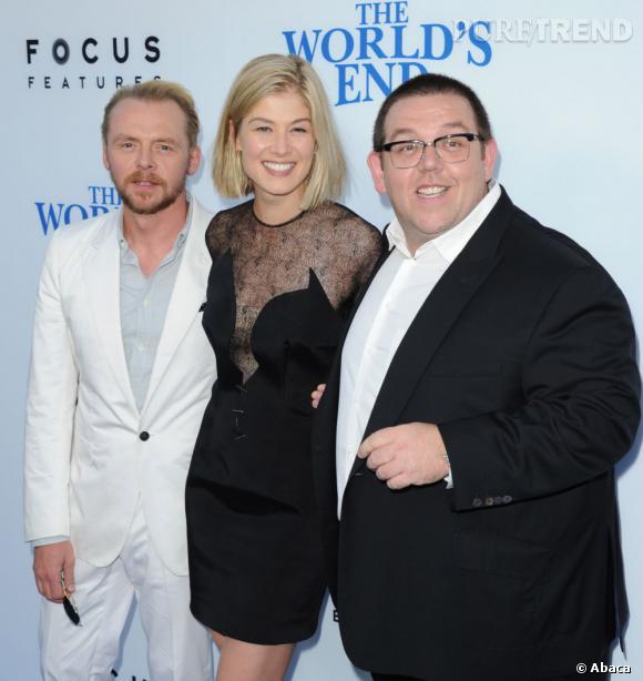 """Rosamund Pike aux côtés de Simon Pegg et Nick Frost à la première du film """"Le Dernier Pub avant la fin du monde"""" à Los Angeles le mercredi 21 août."""