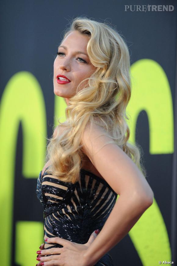 Le top coiffure :  Chevelure blonde cascadant sur ses épaules, Blake Lively s'offre un side hair digne d'une pin up.