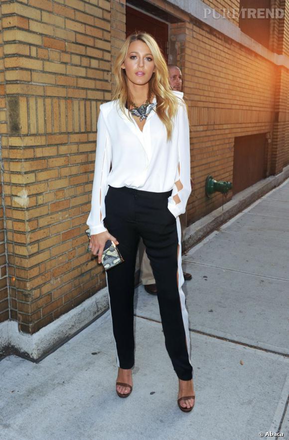 Le top pantalon  : Blake Lively revisite l'ensemble chemise-pantalon. Le pantalon décoré de bandes blanches met très bien ses jambes en valeur. Le plus ? Le jeu de découpes.