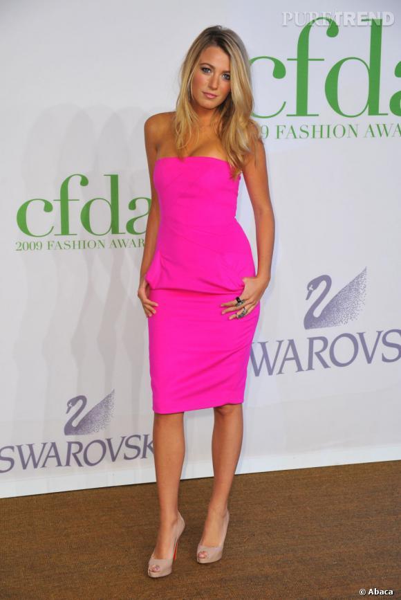 Le flop rose fluo :  Blake Lively nous aveugle avec une robe tuyau rose flashy. Sur sa peau bronzée, c'est un peu vulgaire. Une Barbie ratée en somme.