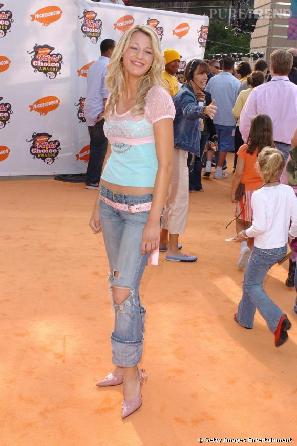 Le Flop look de red carpet  : Oui, il s'agit bien de Blake Lively. Entre le jean retroussé destroy, la ceinture en dehors des passants, le boléro transparent sur un t-shirt trop court et les escarpins roses, le look à la Britney ne lui sied pas du tout.
