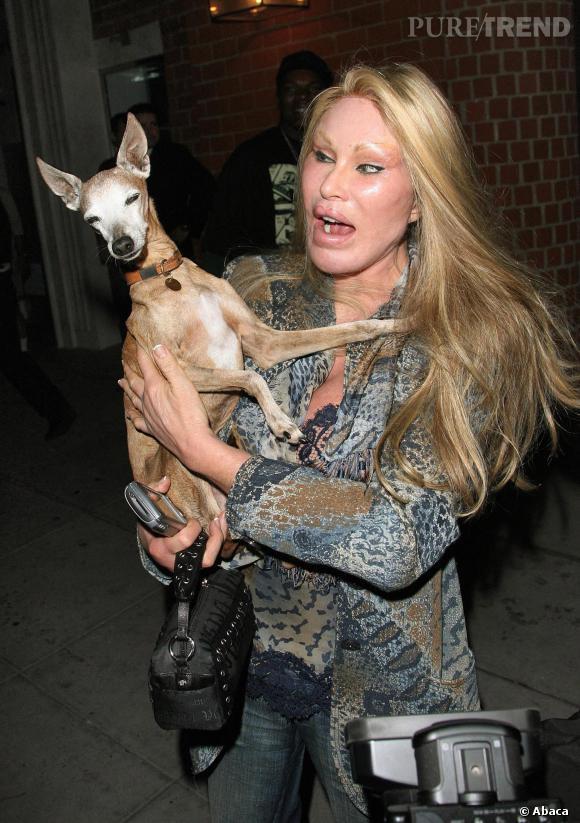 """Jocelyn Wildenstein (alias """"la femme lion""""), la plus grande catastrophe de l'histoire de la chirurgie esthétique. Même son chien a pris peur."""